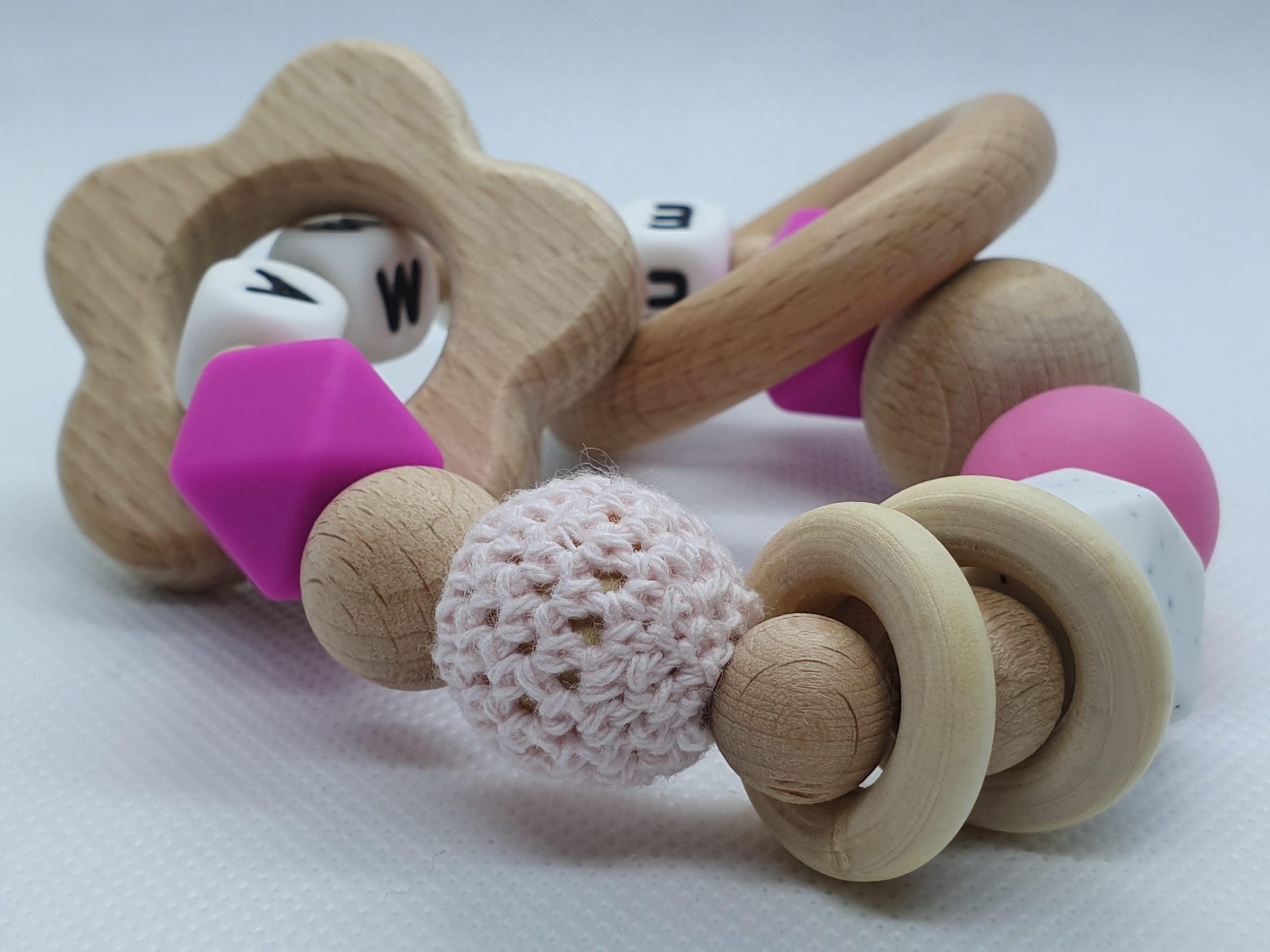 leuke baby cadeaus-kraamcadeaus-baby cadeau meisje-bijtring met naam-bijtring hout-persoonlijk baby cadeau-Wood & Fun